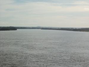 Cruzando a divisa Paraná-São Paulo, pelo Rio Paranapanema, tendo bem ao fundo, o Morro do Diabo (no Parque Estadual do mesmo nome).