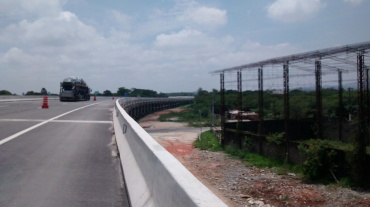 O interessante deste trecho é que foi todo ELEVADO. Praticamente um grande viaduto. Isto evita a passagem de pessoas, animais, etc. diminuindo bastante o risco de acidentes (padrão europeu das freeways por lá).